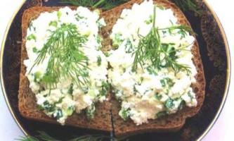 Бутерброди з різноманітною сирною масою