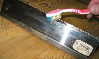 Використання зубної щітки для чищення інструменту
