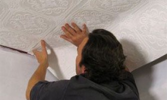 Як красиво і правильно поклеїти шпалери стелі