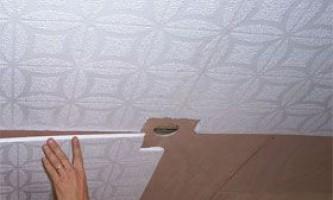 Як правильно обклеїти стелю спеціальної плиткою