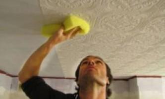 Як приклеїти шпалери на стелю