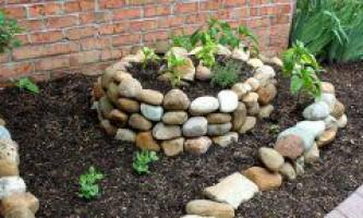 Як зробити клумбу з каменів?