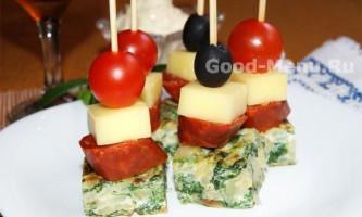 Канапе: омлет зі шпинату, сир і ковбаса