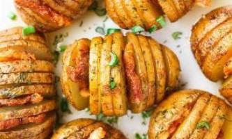 Картопля з беконом, запечена в духовці. Картопля - гармошка