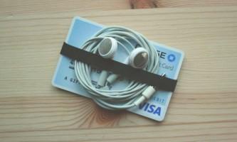 Лайфхак: зберігання навушників з кредиткою і гумкою