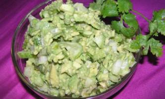 Освіжаючий салат з авокадо і огірком