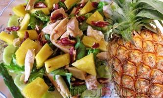 Салат з ананасами і куркою