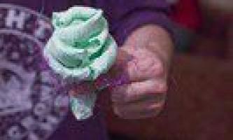 Саморобна трояндочка із серветки