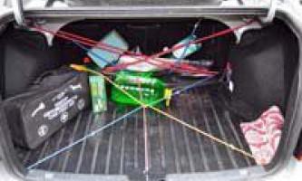 Саморобна сітка для фіксації вантажу в багажнику з гумок