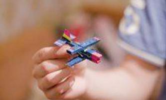 Саморобний літачок з прищіпки