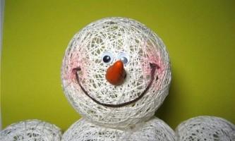 Сніговик своїми руками з ниток і клею, майстер-клас