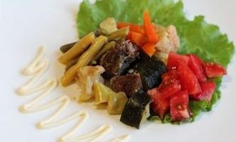 Тушковане м`ясо з квасолею і цукіні