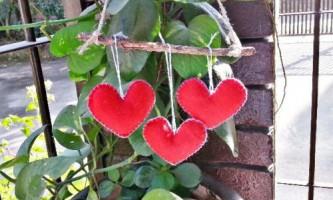 Прикраса - серця на гілочці